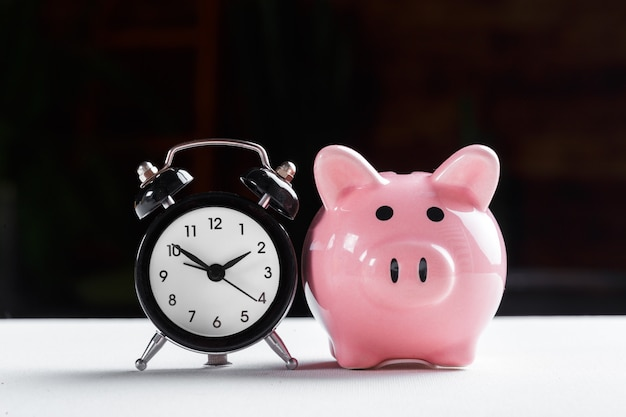 Despertador e cofrinho para economizar tempo Foto Premium