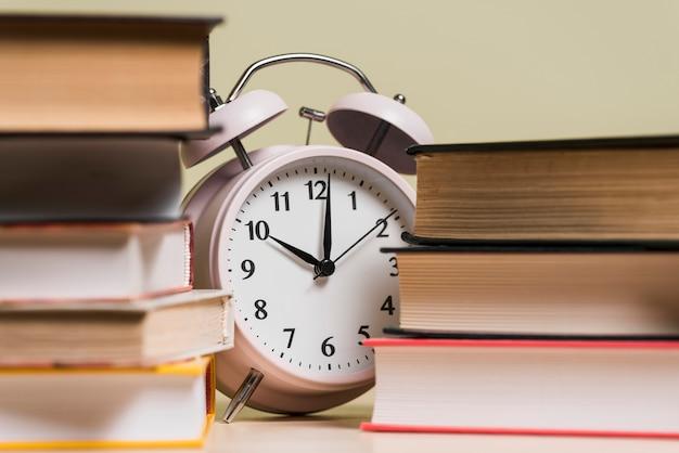 Despertador mostrando o tempo 10'o relógio atrás da estante Foto gratuita