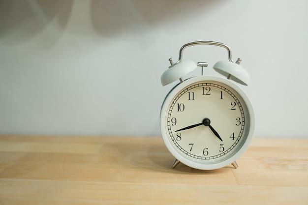 Despertador na mesa Foto Premium