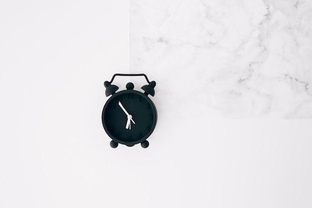 Despertador preto em fundo branco textura Foto gratuita