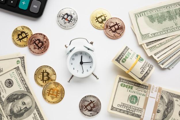 Despertador rodeado por moeda Foto gratuita