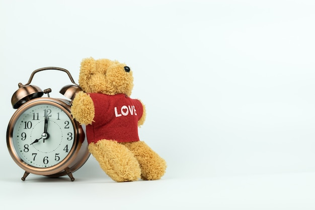 Despertador vintage e um ursinho de pelúcia Foto Premium