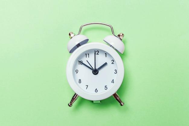 Despertador vintage isolado sobre fundo verde pastel Foto Premium