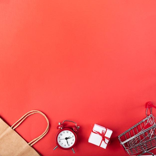 Despertador vista superior com carrinho de compras Foto gratuita