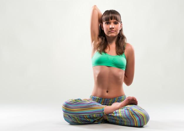 Desportiva jovem praticando ioga Foto Premium