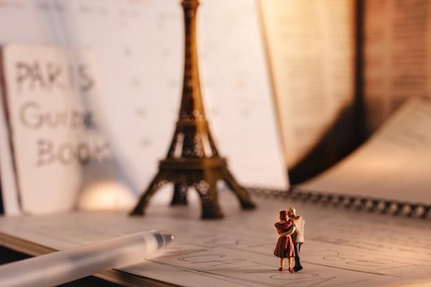 Destino para pessoas idosas. viajar em paris, frança. um casal de idosos em miniatura na torre eiffel Foto Premium