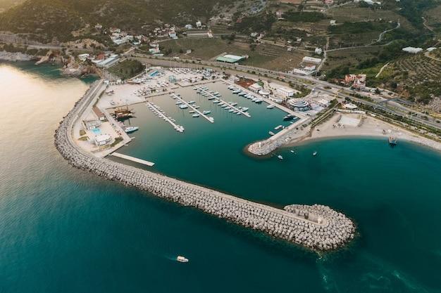 Destino turístico com vista sobre o mar e muitos iates na turquia Foto gratuita