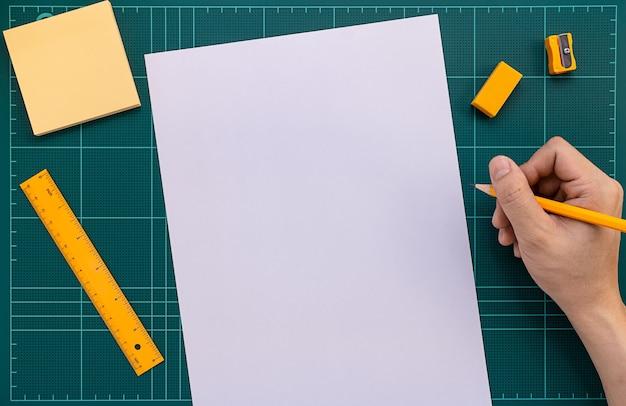 Destro com lápis prepare-se para escrever em papel na esteira de corte Foto Premium