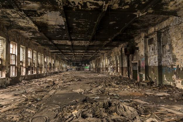 Destruiu uma grande loja de produção na antiga fábrica. Foto Premium
