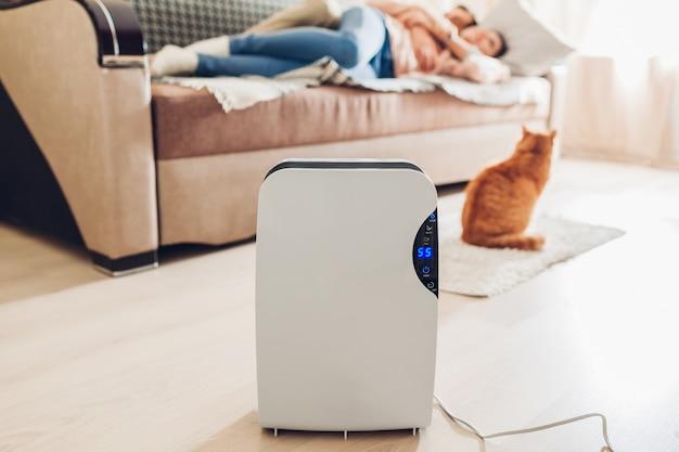 Desumidificador com painel de toque, indicador de umidade, lâmpada uv, ionizador de ar, recipiente de água funciona em casa. secador de ar Foto Premium