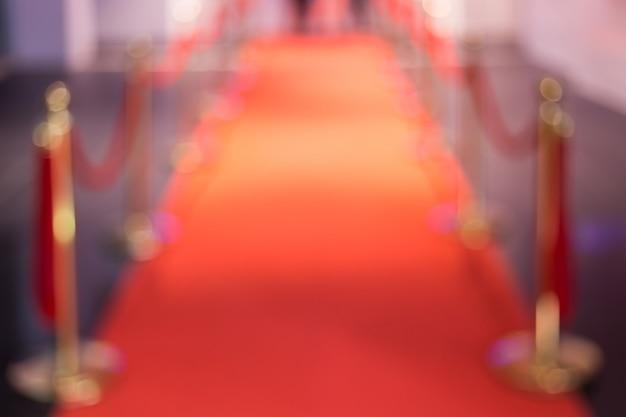 Desvio do tapete vermelho entre as barreiras de corda na festa de sucesso Foto Premium