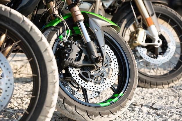 Detalhe a roda da motocicleta e o freio a disco abs freiam parte da motocicleta. Foto Premium