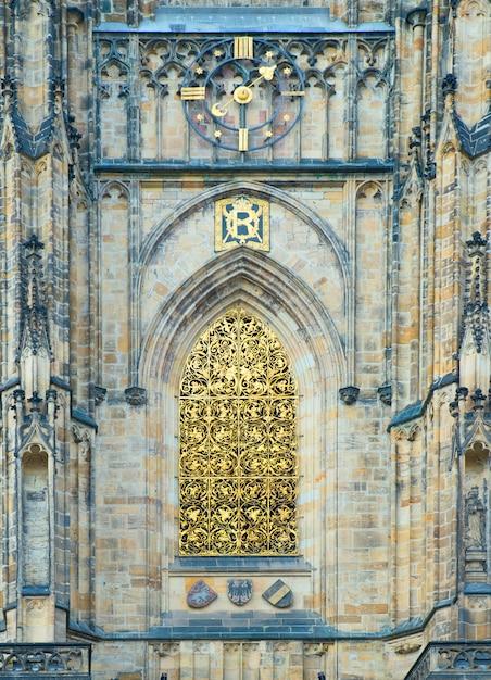 Detalhe arquitetônico na catedral de são vito no castelo de praga Foto Premium