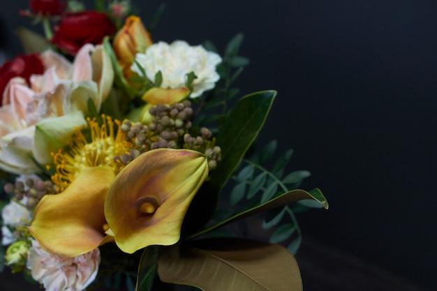 Detalhe closeup buquê nu em estilo vintage em um vaso de vidro no escuro Foto Premium