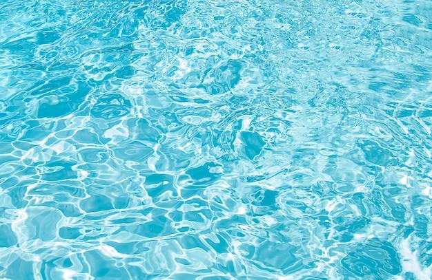Detalhe da água ondulada da piscina azul Foto gratuita
