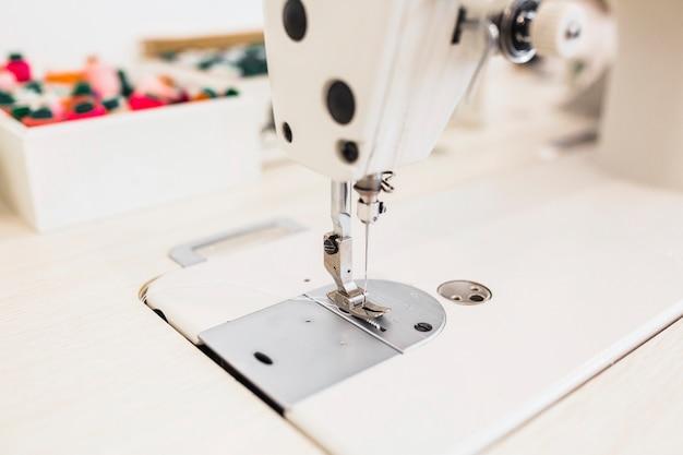 Detalhe da máquina de costura com agulha Foto gratuita