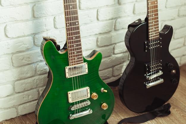 Detalhe de corpo e pescoço de guitarra elétrica em madeira Foto Premium