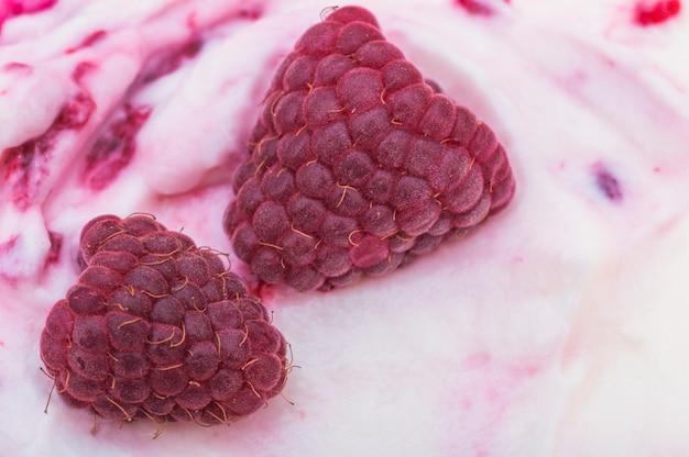 Detalhe, de, dois, framboesa, ligado, sorvete Foto gratuita