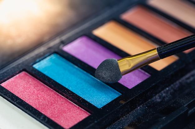 Detalhe de produtos de maquiagem colorida closeup Foto Premium