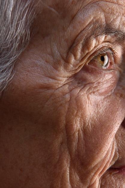 Detalhe de rosto de mulher sênior Foto Premium