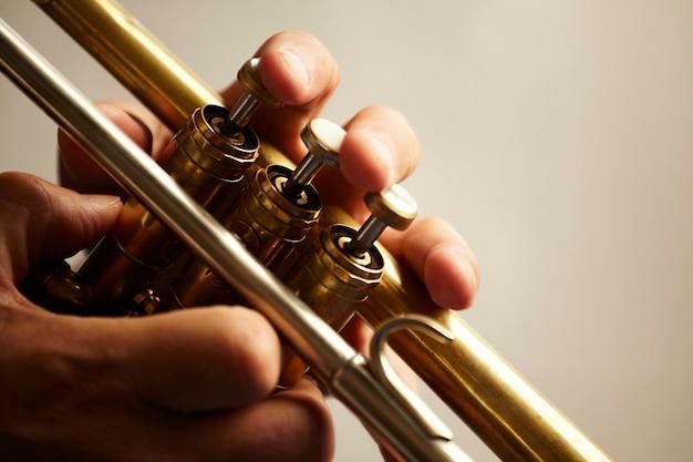 Detalhe de um instrumento de trompete de metal Foto gratuita