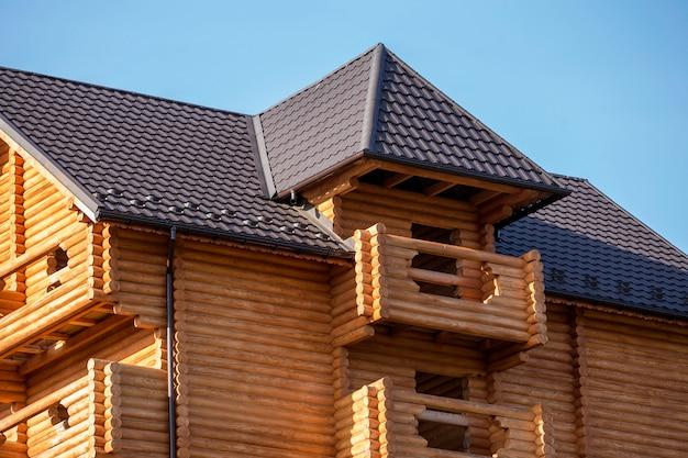 Detalhe do close-up da nova casa de madeira ecológica quente moderna casa de campo Foto Premium