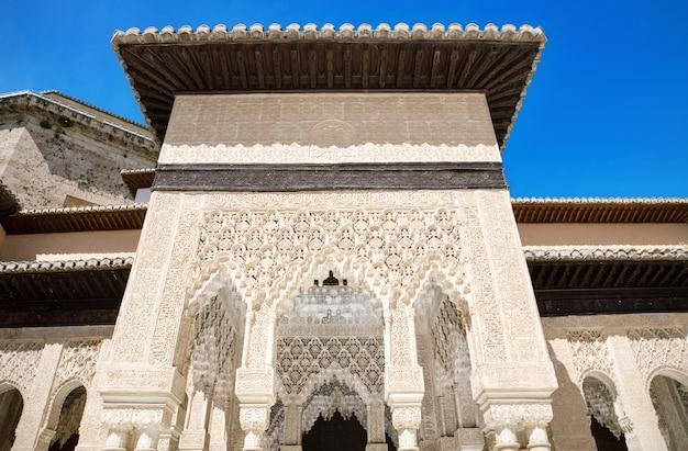 Detalhe do palácio famoso de alhambra, granada, a andaluzia, espanha. Foto Premium