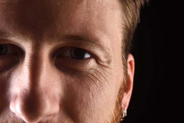 Detalhe do rosto de um homem de trinta e poucos anos Foto Premium