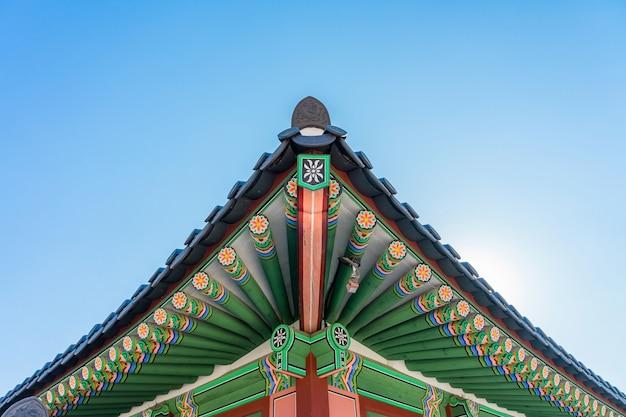 Detalhe do telhado da construção histórica no palácio de gyeongbokgung em seoul, coreia. Foto Premium
