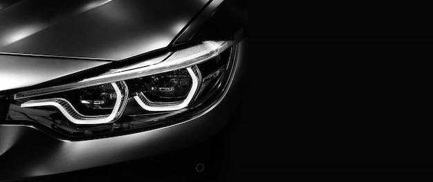 Detalhe em um do carro moderno de faróis de led em fundo preto Foto Premium