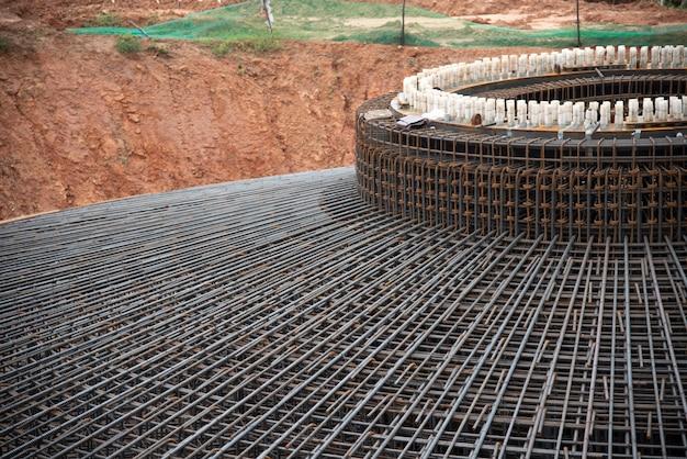 Detalhe vergalhões fundação estrutura moinho de vento Foto Premium
