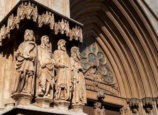 Detalhes da catedral de tarragona Foto Premium