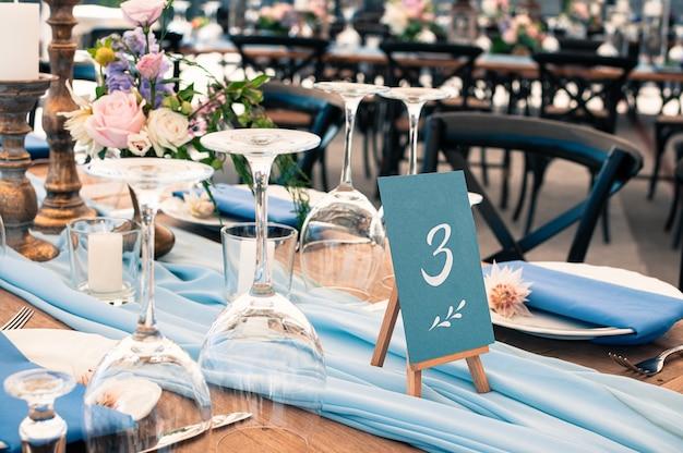 Detalhes da configuração da mesa de decoração de casamento ou evento, azul Foto Premium