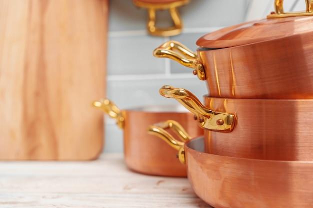 Detalhes da cozinha moderna com utensílios de cobre fechar Foto Premium