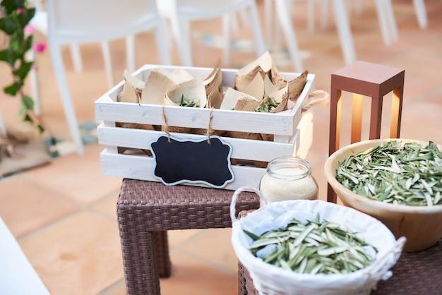 Detalhes da decoração de casamento com folhas de oliveira secas Foto Premium
