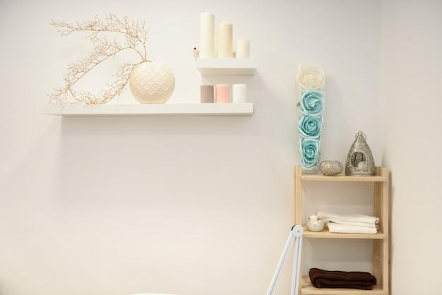 Detalhes da decoração no centro moderno do bem-estar com vaso e velas de flor. Foto gratuita