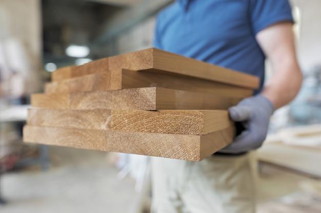 Detalhes de móveis de madeira nas mãos de carpinteiro, carpintaria espacial carpintaria marcenaria Foto Premium