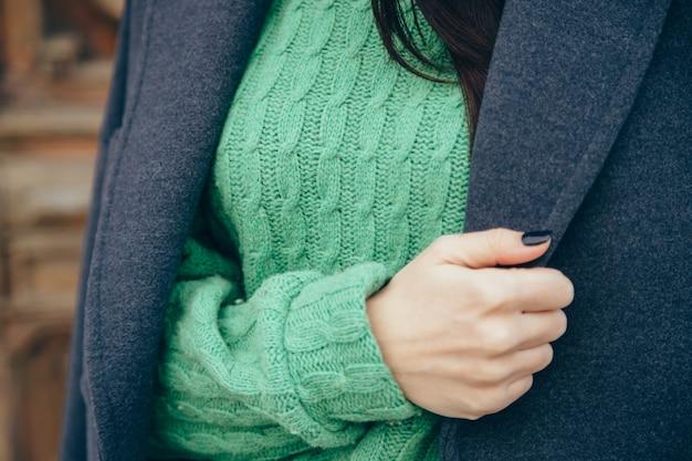 Detalhes de roupas femininas. close-up, mão, de, um, mulher, em, um, suéter casaco Foto Premium