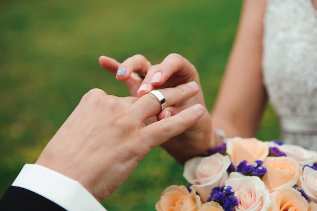 Detalhes do casamento - alianças de casamento como símbolo da felicidade Foto Premium