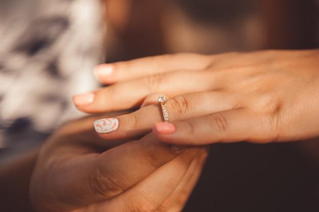 Detalhes do casamento - alianças de casamento como um símbolo da vida feliz Foto Premium