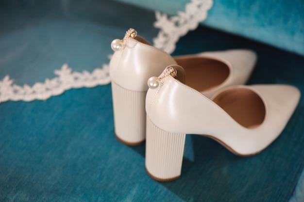 Detalhes do casamento da noiva - sapatos de casamento Foto Premium