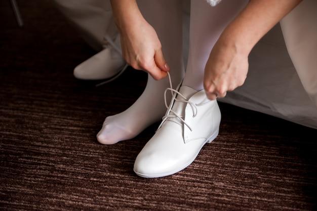 Detalhes do casamento da noiva - vestido de casamento branco para uma esposa Foto Premium