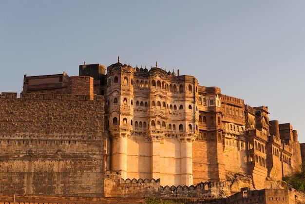 Detalhes do forte de jodhpur no por do sol. o forte majestoso empoleirado no topo que domina a cidade azul. Foto Premium
