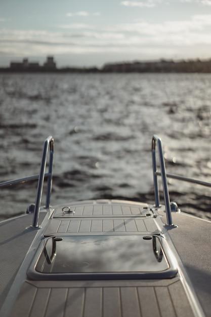 Detalhes do iate, deck, reflexo do céu. Foto gratuita