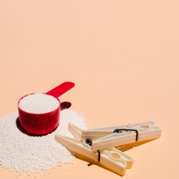Detergente dobrado close-up com pino de roupa Foto gratuita