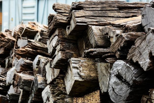 Deterioração do material de construção de madeira velho da madeira para o fundo e a textura. Foto Premium