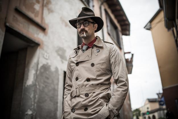 Detetive espião homem andando em uma cidade Foto Premium