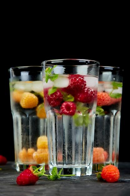 Detox infundido com sabor de água com três cores de framboesa Foto Premium
