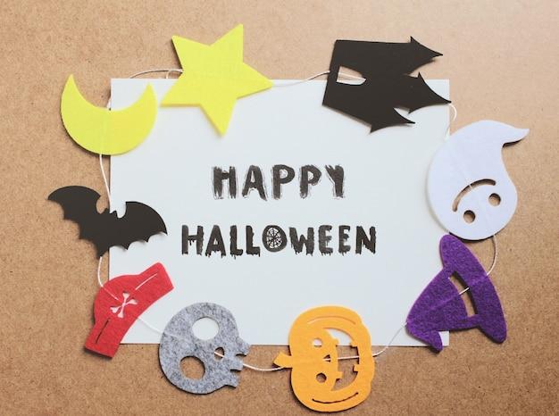 Dia das bruxas feliz escrito no papel com ornamento de Halloween ...