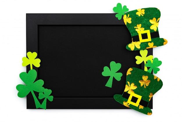 Dia de são patrício, chapéu de duende festivo e trevos verdes na moldura Foto Premium